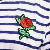Tricou dama alb cu dungi bleumarin, model trandafir